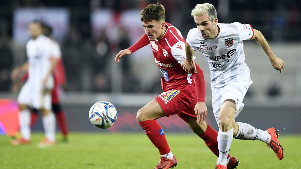 Yannick Cotter en duel avec JJanick Kamber lors de la rencontre entre Sion et Neuchâtel Xamax.