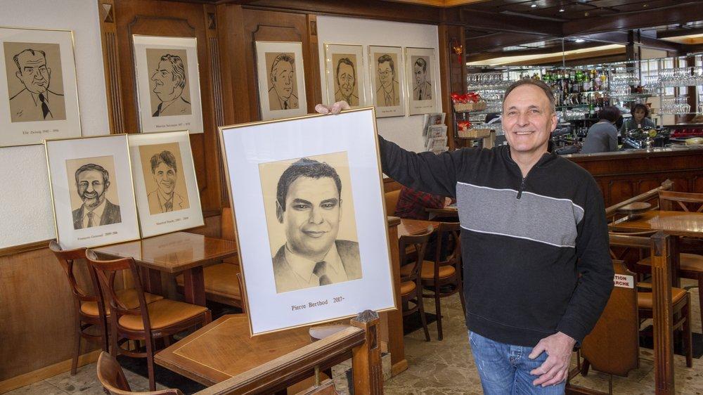 Jean-Marc Werlen, tenancier du café Le Président, présente le portrait de Pierre Berthod.