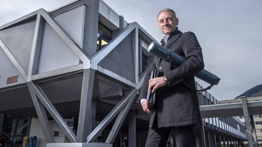 L'ingénieur parasismique Roberto Peruzzi pose devant le collège de l'Europe, à Monthey. Les renforcements parasismiques sont placés localement aux endroits stratégiques.