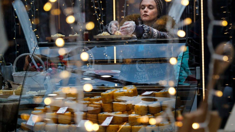 Depuis que Vladimir Poutine a décrété un embargo sur de nombreux produits occidentaux, notamment les fromages, certains artisans russes se sont mis à produire localement.