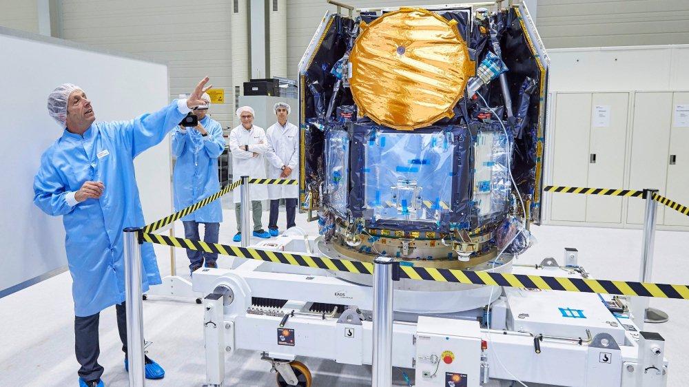 L'astrophysicien Willy Benz explique le fonctionnement du satellite Cheops au centre d'essais Ruag Space, à Zurich, où a été testé l'instrument, l'été dernier.