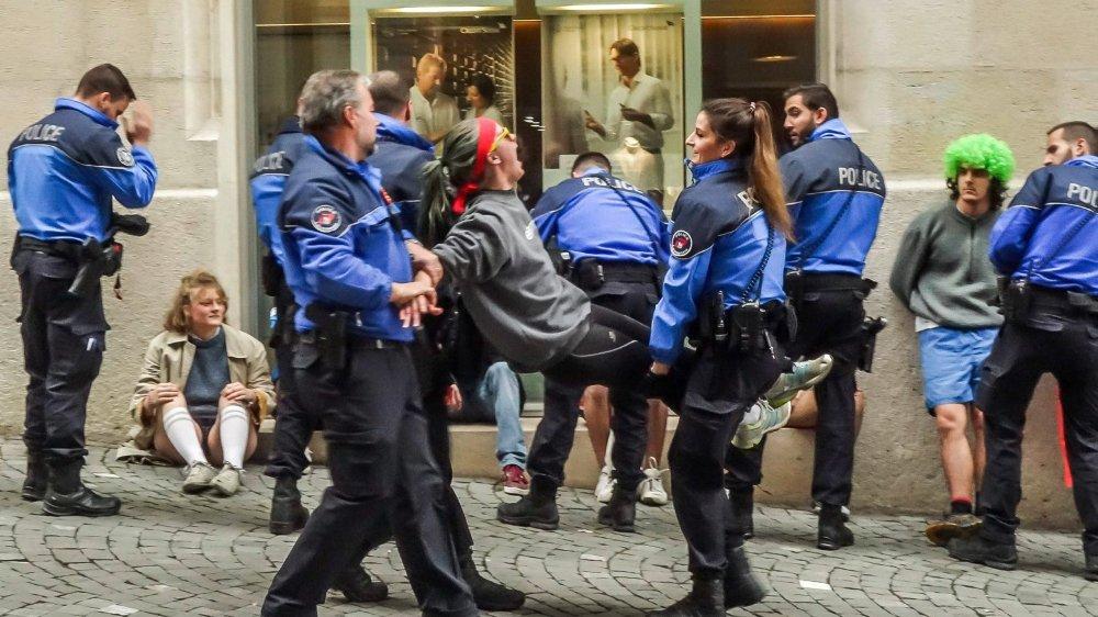 Les militants ont mené une action non violente dans les locaux de Credit Suisse, à Lausanne, avant d'être évacués par la police.