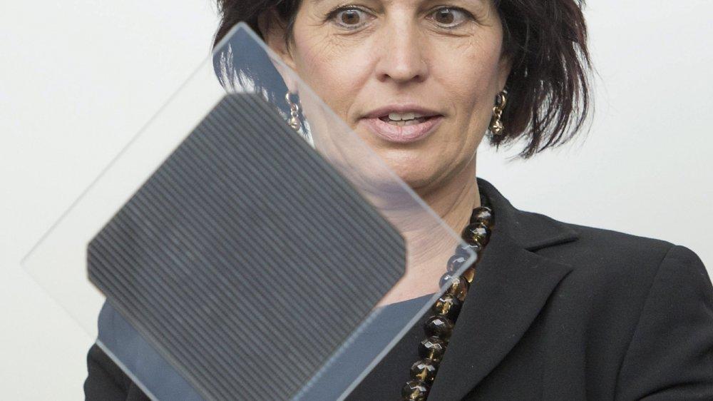 La Stratégie énergétique 2050 a été initiée par l'ex-conseillère fédérale Doris Leuthard. Elle est ici au Centre suisse d'électronique et de microtechnique de Neuchâtel avec un échantillon de cellule solaire.