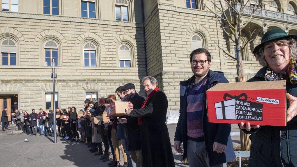 Le peuple se prononcera sur l'augmentation des déductions fiscales pour les enfants.  Le PS a déposé, hier, à Berne, les signatures nécessaires au référendum.