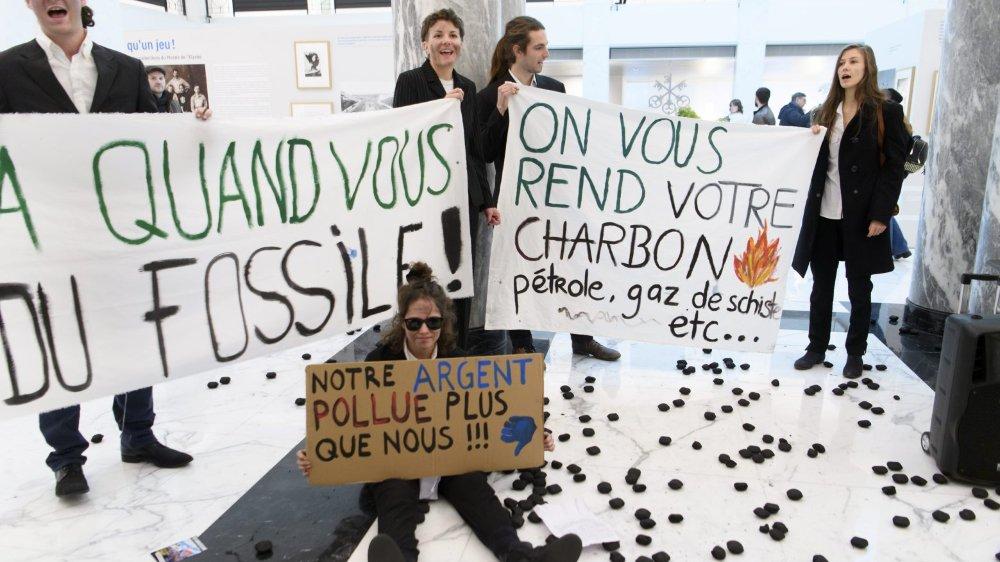 Des activistes climatiques ont mené une action à UBS, à Lausanne. Ils ont notamment parsemé le sol de charbon.