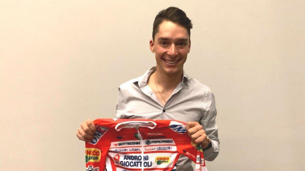 Simon Pellaud présente le maillot Androni qu'il portera dès le 1er janvier 2020 en Colombie, sur ses routes d'entraînement.