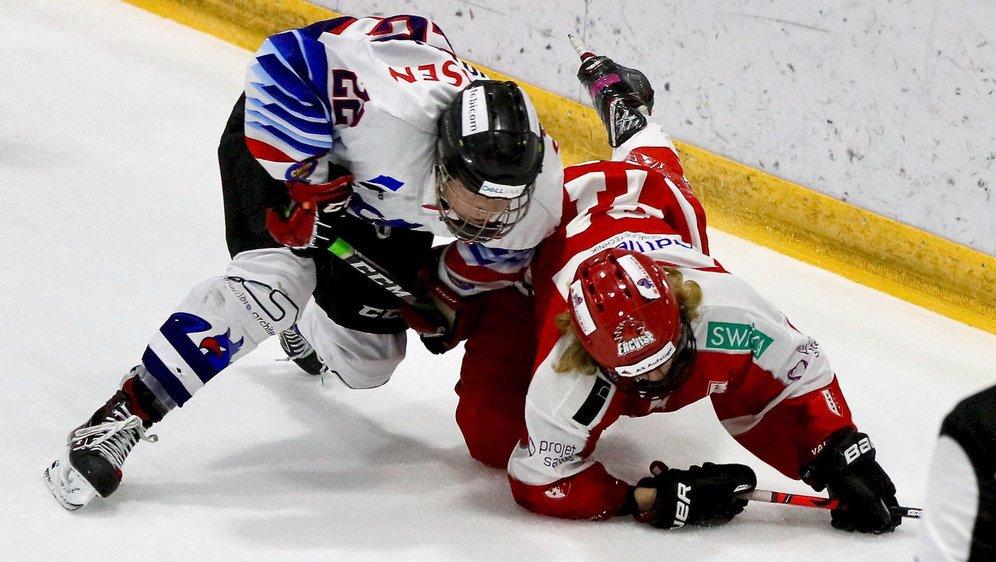 Simon Chevalley des Griffons fribourgeois et Samuel Fabrizzi du HC Valais-Wallis Future ne se ménagent pas lors d'une rencontre du championnat des U17 Top.