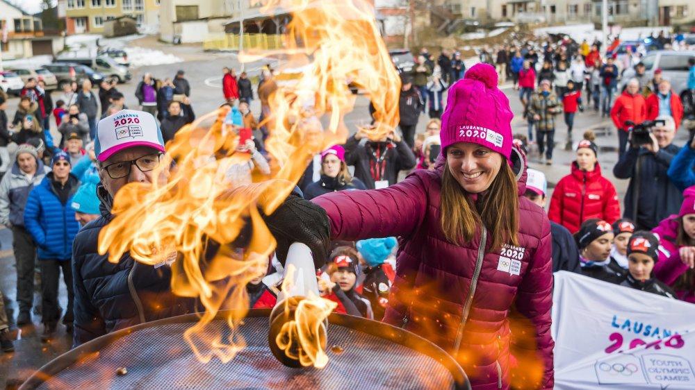 Thierry Rey, représentant de Paris 2024 et Virginie Faivre, présidente du comité d'organisation de Lausanne 2020, allument la vasque olympique. Elle brûlera à Lausanne du 9 au 22 janvier.