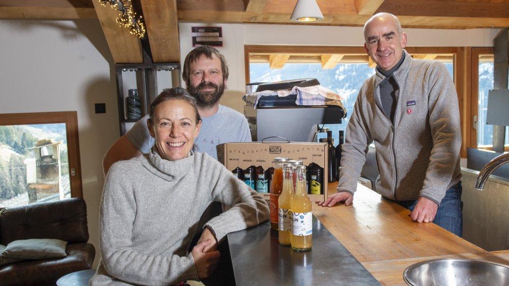 Benoît Greindl (à droite), de Montagne Alternative, reçoit Sofia de Meyer, fondatrice d'Opaline, et Robby Collins, fondateur de 7Peaks. Les trois entreprises sont les seules certifiées B Corp en Valais.