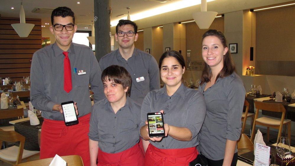 Les employés intégrés Tiago, Nadine, Fabian et Vania présentent l'application imaginée par leur MSP Morgane Clavien (à dr.).