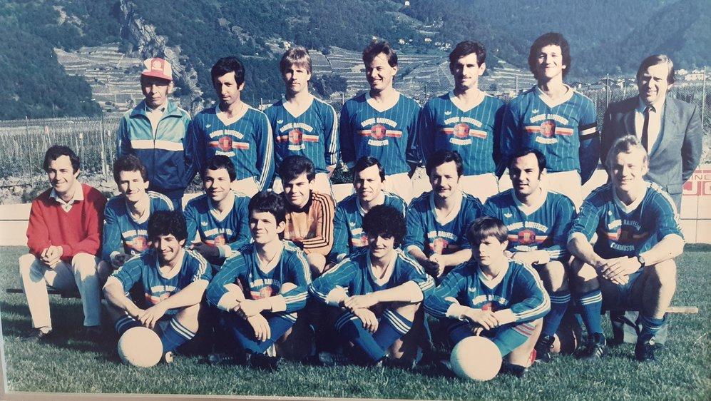 L'équipe du FC Chamoson qui est montée en 3e ligue, en 1986. Une partie de ses joueurs fêtera une ascension en 2e ligue trois ans plus tard.