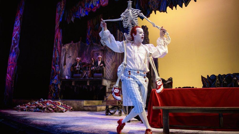 Gramblanc, le clown blanc, alter ego de Jean-Lambert Wild depuis près de vingt ans, entre ici dans la peau de Dom Juan, dans un somptueux décor de porcelaine et de tapisseries.