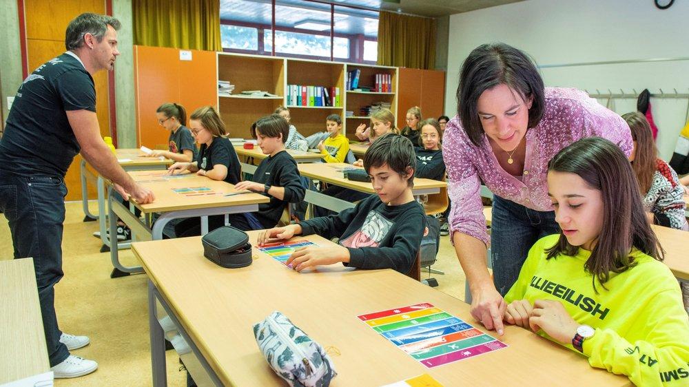 Olivier Hugon, du «Nouvelliste», et Claudine Gaillard Torrent, de la RTS, ont sensibilisé une classe du CO de Saint-Guérin cette semaine.