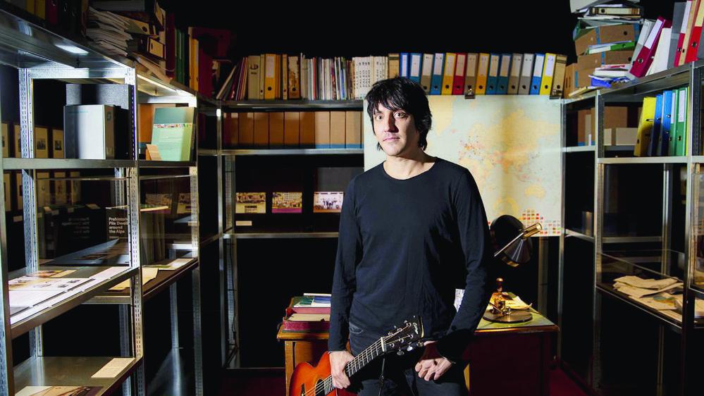 Marc Aymon pose au cœur de l'expo «Emotions patrimoniales», dans laquelle il s'installera durant une grosse semaine pour composer.