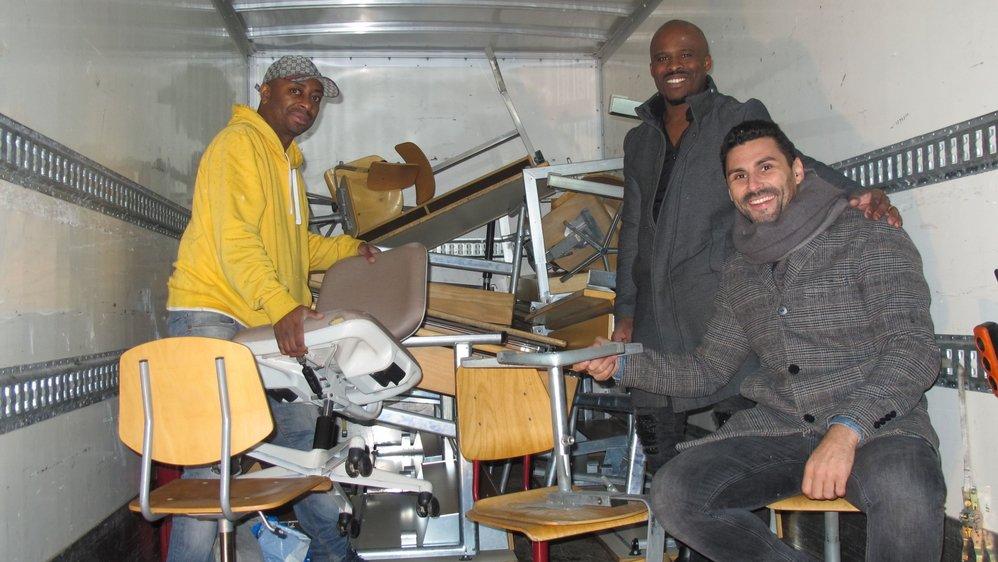 L'Association Cap-Vert Valais, représentée ici par Claudio Moreira (à g.), Jorge Lopez et Mauricio Estevao (assis), va pouvoir équiper plusieurs écoles du Cap-Vert avec le matériel donné par les écoles de Martigny-Combe.