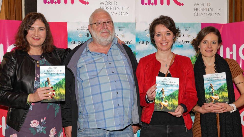 Alexandra Fèvre, créatrice du livre «Il était une fois, au Pays du Saint-Bernard», Gilbert Tornare, président de Bourg-Saint-Pierre, Elyn, illustratrice, et Emma Lattion, auteure, lors de la soirée de lancement de l'ouvrage.