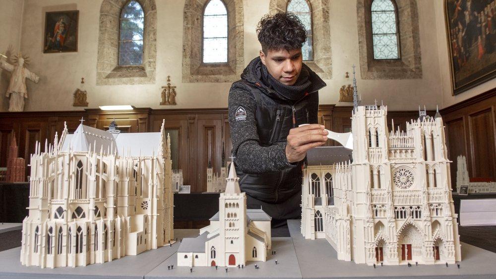 Encerclée par les cathédrales d'Amiens et de Reims, reproduites à l'échelle 1:200, la cathédrale de Sion semble bien modeste.