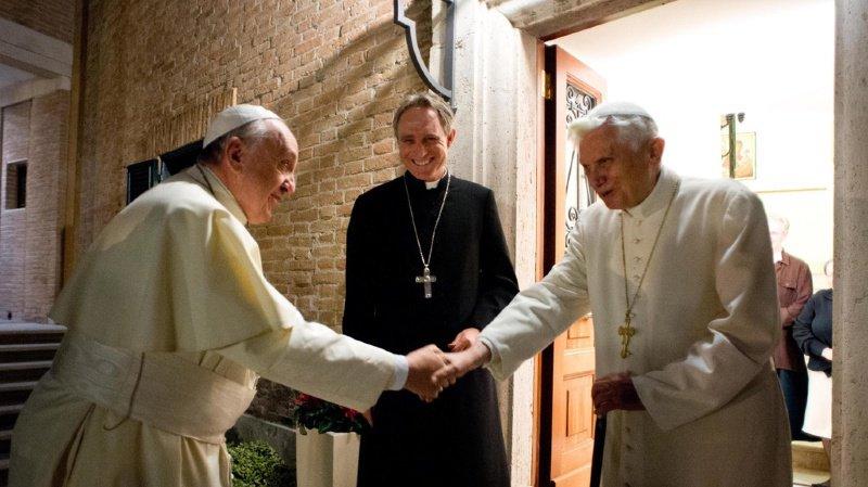 Les deux papes sont considérés comme appartenant à deux écoles de pensées différentes: l'ancien pape Benoît XVI (à droite) est vu comme un conservateur, alors que son successeur le pape François (à gauche) est considéré comme progressiste.