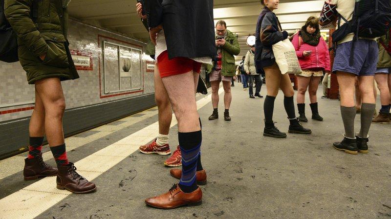 Dans de nombreux métros, comme ici à Berlin, des usagers ont tombé le bas pour la Journée sans pantalon.