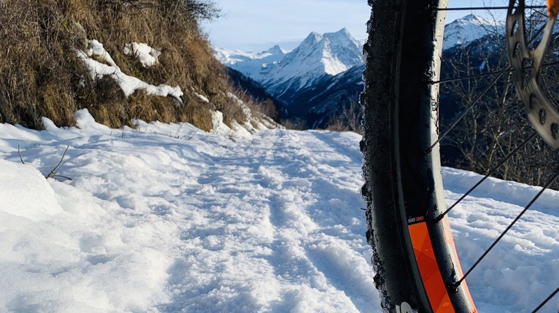 Le winterbike est équipé de pneus adaptés pour l'hiver.