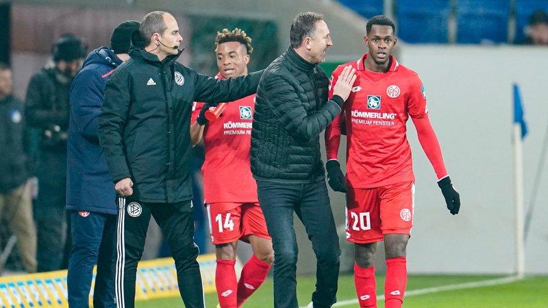 Edimilson Fernandes écoute les instructions d'Achim Beierlorzer, le nouvel entraîneur de Mayence