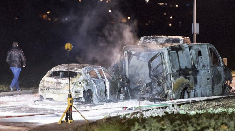 Les auteurs du braquage ont mis le feu à plusieurs véhicules.