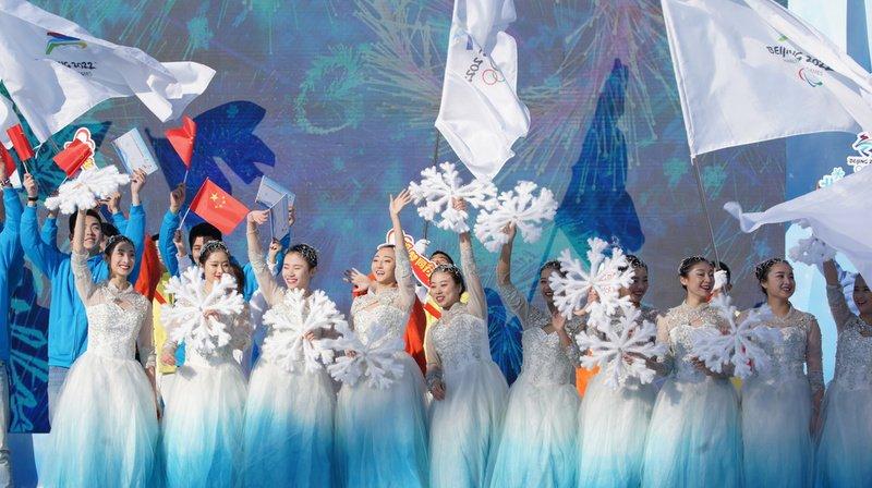 Des chanteurs et des danseurs ont participé à une cérémonie de lancement.