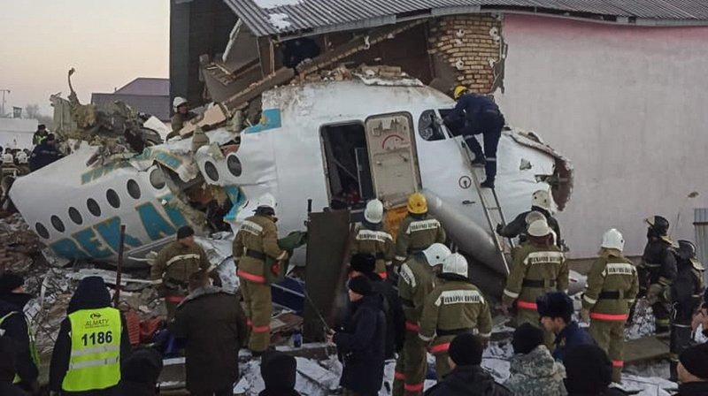 Kazakhstan: un avion de ligne s'écrase dans une zone habitée, au moins 12 morts