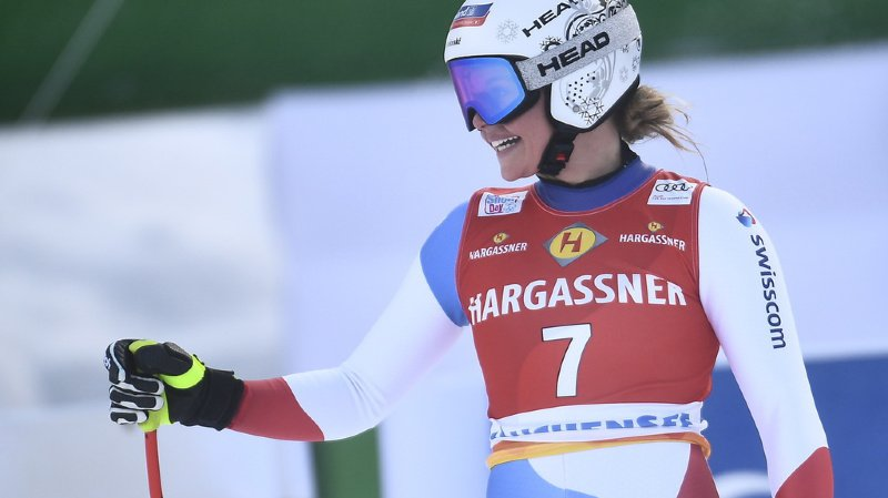 Corinne Suter avait le sourire dans l'aire d'arrivée. Elle pointe largement en tête après le passage de 10 concurrentes.