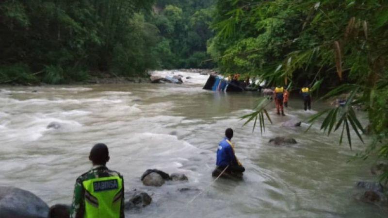 28 morts au moins lorsqu'un autobus tombe dans un ravin — Indonésie