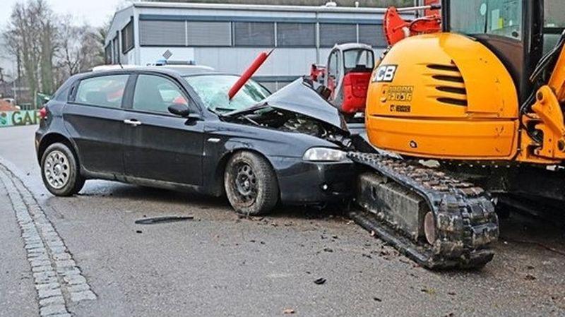 Schaffhouse: un automobiliste s'écrase contre une pelleteuse et s'enfuit à pied