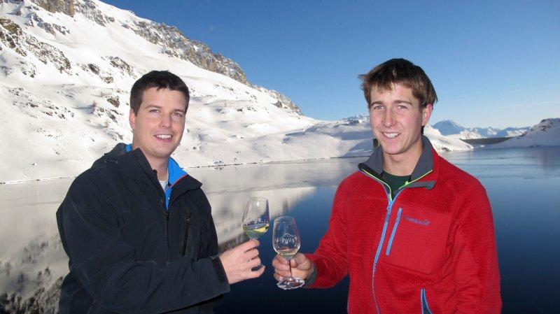 Alexandre Roduit (à g.), responsable de l'OT de Fully, et le jeune vigneron Pierre-Elie Carron lors de la dégustation sur les bords du grand lac de Sorniot.