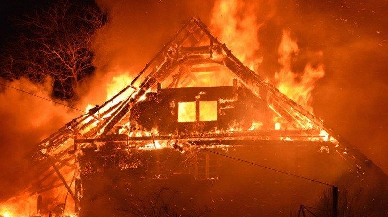 A l'arrivée des pompiers, la ferme était déjà partiellement en feu.