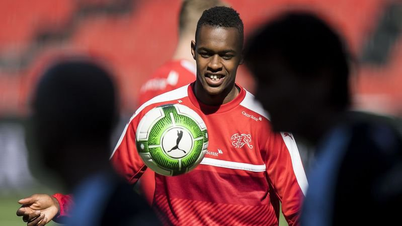 Edimilson Fernandes, ici lors de l'entraînement de l'équipe de Suisse, devra subir une opération à la suite d'une blessure au ménisque du genou gauche.