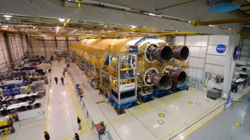 Cet étage de couleur orange, équipé de quatre moteurs, mesure 60 mètres de hauteur et contiendra 2,7 millions de litres d'hydrogène et d'oxygène liquides.