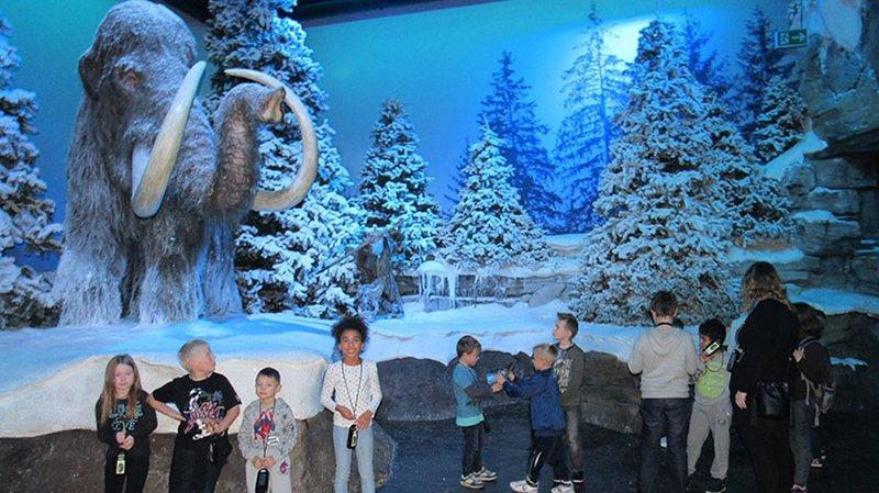 Une cinquantaine de reproductions d'animaux géants sont présentées à Rennaz, dans un décor qui évoque leur milieu naturel.