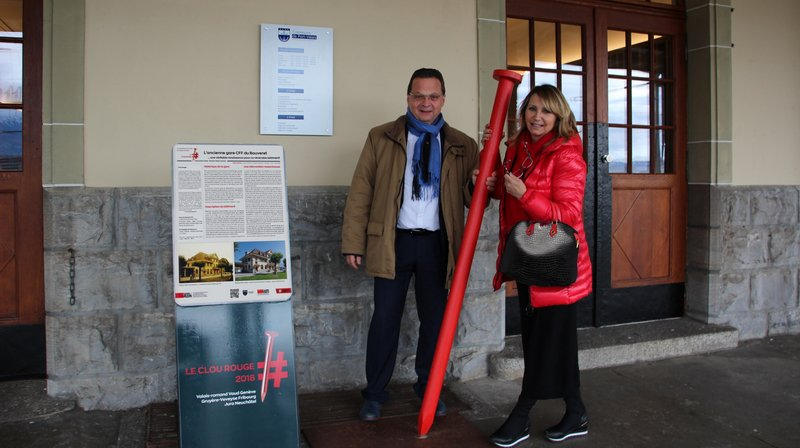 Pierre Zoppelletto, président de la commune de Port-Valais et Magali Anne Bonard, présidente de Patrimoine suisse, section Valais romand, posent devant l'ancienne gare du Bouveret.
