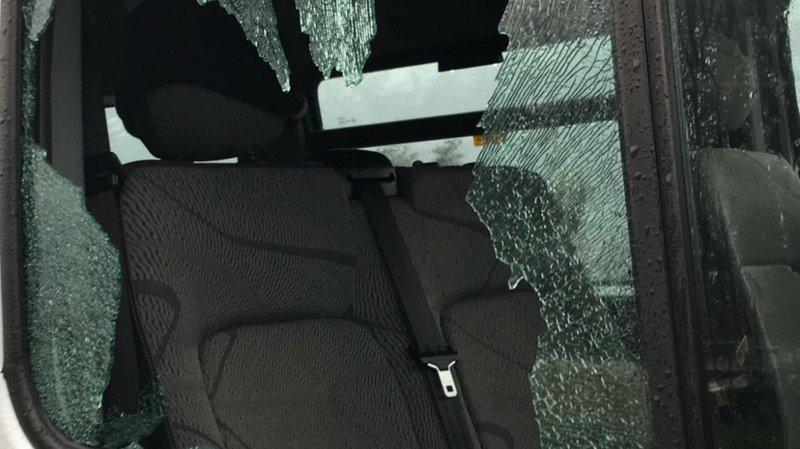 Les vitres latérales du bus ont été fracassées avec un pavé.