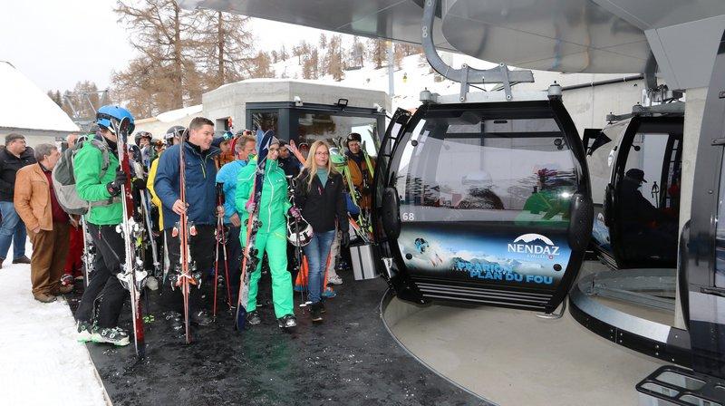 Les invités à l'inauguration et les premiers skieurs se pressent pour prendre la nouvelle télécabine du Plan-du-Fou.