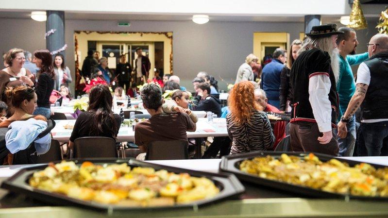 Festifs et solidaires, les repas de Noël ensemble – ici, les Restos du cœur de Martigny – ne sont pas réservés aux personnes dans le besoin.