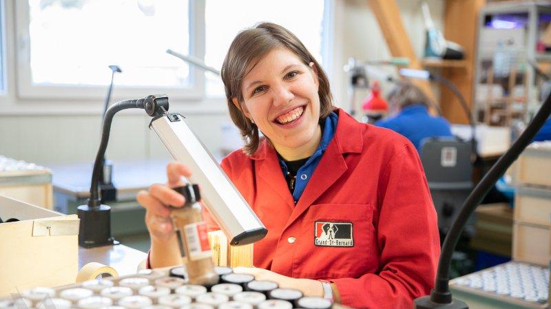 Seize travailleurs de la Fovahm s'activent désormais pour les Herbes aromatiques du Grand-Saint-Bernard, au sein de la Distillerie Morand à Martigny.