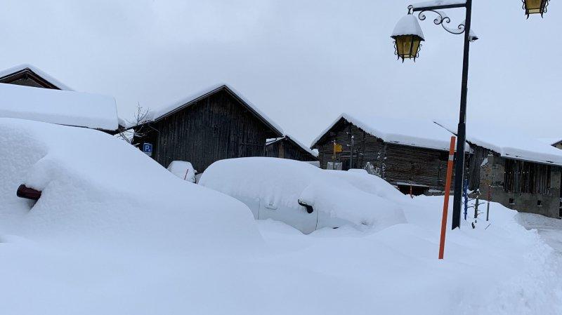 A Montana Village, les voitures se confondent avec le paysage enneigé.