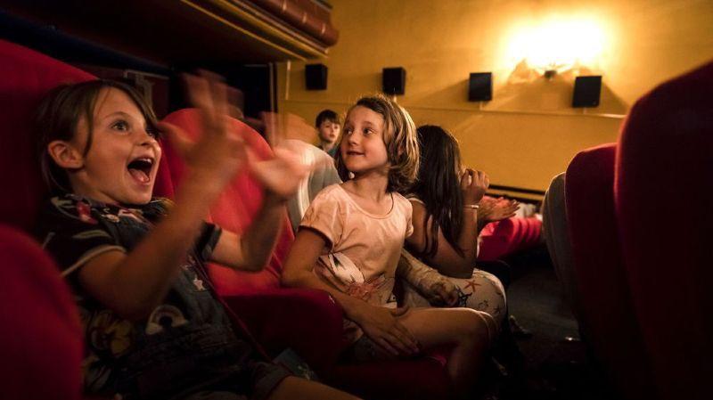 Les enfants apprécient ces petits moments partagés dans les salles obscures.