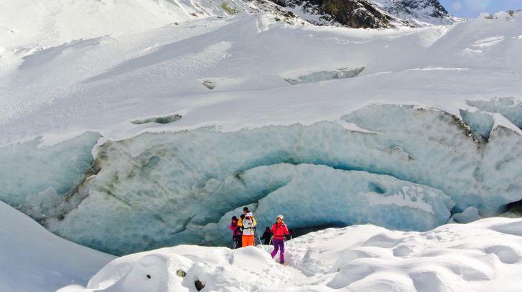 Après deux heures et demie à raquettes, les randonneurs découvriront l'intérieur du glacier de Zinal.