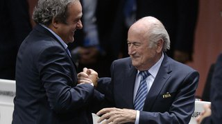 Salaire suspect de 2 millions de francs: la FIFA attaque Sepp Blatter et Michel Platini