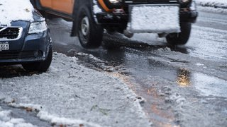 Trafic: accidents, bouchons, trains bloqués...la neige sème la pagaille un peu partout en Suisse