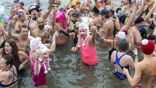 Nouvel An: de joyeux givrés se sont à nouveau jetés à l'eau à Genève