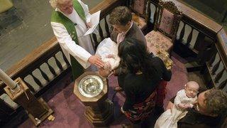 Pourquoi les Valaisans font-ils de moins en moins baptiser leurs bébés?
