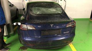 Haut-Valais: il castagne 74 véhicules dans un parking