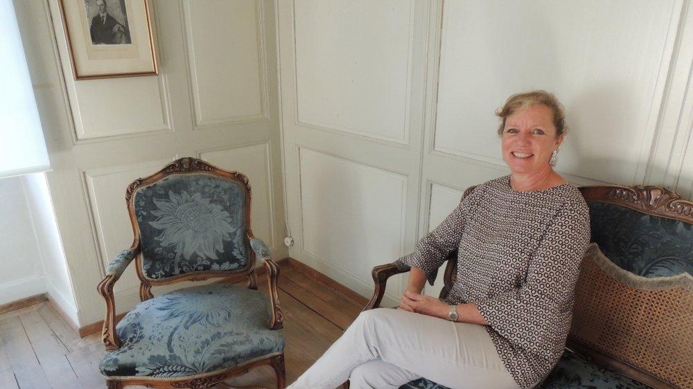 La conservatrice Brigitte Duvillard dans le salon Bleu où Rilke venait boire le thé chez son amie sierroise Jeanne de Sépibus.
